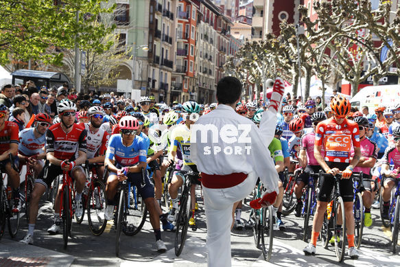 Cycling: Itzulia / Vuelta a País Vasco / Tour Basque Country / Stage 5 / Etapa 5<BR>DESCRIPTION / DESCRIPCION / Salida Star/ dantzari bailando aurresku<BR>Arrigorriaga - Arrate (149,8 Km)  12-04-2019 / Tour Basque Country / Luis Angel Gomez ©PHOTOGOMEZSPORT20